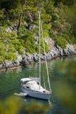 Barca a vela ancorata nella baia di Sarsala, Gocek. Immagini Stock