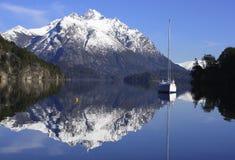Barca a vela ancorata in una baia di Patagonia fotografia stock libera da diritti