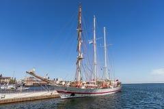 Barca a vela attraccata alla banchina Immagini Stock Libere da Diritti