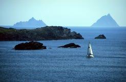 Barca a vela in baia Fotografie Stock
