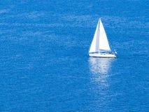 Barca a vela bianca   Fotografie Stock Libere da Diritti