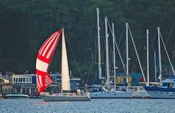 barca a vela bianca Rosso e Immagini Stock