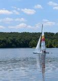 Barca a vela bianca sul lago Fotografia Stock Libera da Diritti