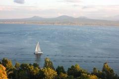 Barca a vela bianca sul lago Sevan Fotografia Stock Libera da Diritti