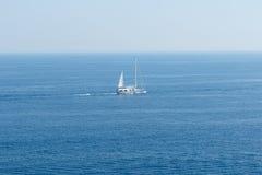 Barca a vela bianca sul mar Mediterraneo blu Immagini Stock