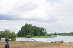 Barca a vela, catamarano, sulla spiaggia tropicale con il fondo dell'acqua blu Fotografia Stock Libera da Diritti