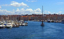Barca a vela che lascia la porta di Vieux a Marsiglia Immagini Stock Libere da Diritti