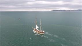 Barca a vela che lascia porto Poolbeg dublino l'irlanda stock footage