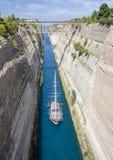 Barca a vela che traversa il canale stretto di Corinto, in Grecia Immagini Stock