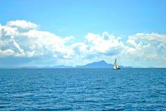 Barca a vela con cielo blu Immagini Stock