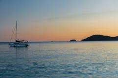 Barca a vela con il tramonto Immagini Stock