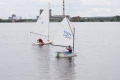 Barca a vela con la barca a vela prendente dello spinnaker in bianco e nero sull'orizzonte Immagine Stock