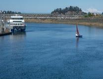 Barca a vela con la vela rossa Immagine Stock