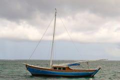 Barca a vela d'avvicinamento della tempesta Fotografie Stock