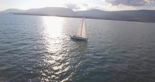 Barca a vela da sopra - 4K aereo video d archivio