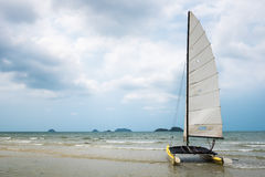 Barca a vela del catamarano su una spiaggia tropicale all'isola di Koh Chang, tailandese Fotografie Stock Libere da Diritti