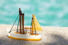 Barca a vela del giocattolo immagini stock libere da diritti
