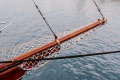 Barca a vela di legno sui dettagli blu del mar Mediterraneo di bello yacht classico di navigazione con i nodi delle corde e planc Fotografie Stock Libere da Diritti