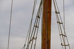 Barca a vela di legno sui dettagli blu del mar Mediterraneo di bello yacht classico di navigazione con i nodi delle corde e planc Fotografia Stock Libera da Diritti