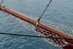 Barca a vela di legno sui dettagli blu del mar Mediterraneo di bello yacht classico di navigazione con i nodi delle corde e planc Fotografia Stock
