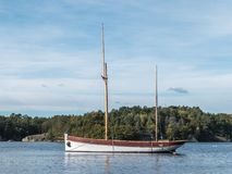 Barca a vela di legno di vista del mare vecchia fotografia stock libera da diritti