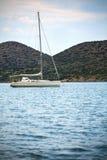 Barca a vela di mattina contro il puntello Fotografia Stock