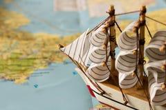 Barca a vela di modello sui precedenti della mappa concetto di corsa Fotografia Stock Libera da Diritti