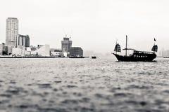 Barca a vela di stile cinese nel porto di Hong Kong Victoria Immagini Stock Libere da Diritti