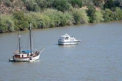 Barca a vela e motoscafo attraccati su Rio Guadiana immagine stock libera da diritti