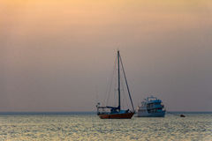 Barca a vela e nave passeggeri Immagine Stock
