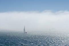 Barca a vela e nebbia Fotografie Stock Libere da Diritti