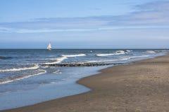 Barca a vela e spiaggia Immagine Stock