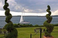 Barca a vela e tempesta d'avvicinamento Immagine Stock Libera da Diritti