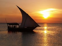 Barca a vela e tramonto fotografia stock