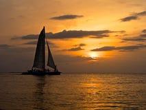 Barca a vela e tramonto tropicale Fotografia Stock Libera da Diritti