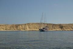 Barca a vela fuori dall'isola Fotografia Stock