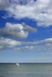 Barca a vela fuori nell'oceano Immagine Stock Libera da Diritti