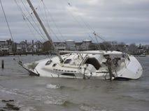 Barca a vela lavata a terra Fotografia Stock