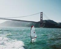 Barca a vela lungo golden gate bridge Fotografia Stock Libera da Diritti
