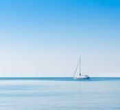 Barca a vela in mare adriatico. Priorità bassa di Copyspace immagini stock libere da diritti