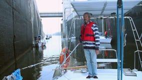 Barca a vela maschio della direzione di capitano in canale stretto, navigazione da diporto video d archivio