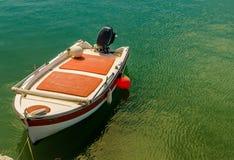 Barca a vela messa in bacino, acqua tropicale Immagini Stock