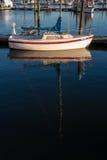 Barca a vela messa in bacino su acqua tranquilla Immagini Stock