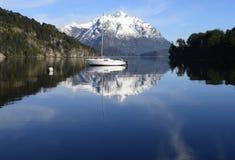 Barca a vela in mezzo ad un paesaggio di tranquillità fotografia stock