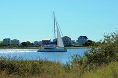 Barca a vela nel canale navigabile immagini stock libere da diritti