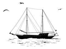 Barca a vela nel mare e nelle siluette degli uccelli Fotografia Stock Libera da Diritti
