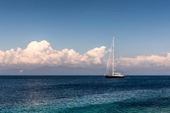 Barca a vela nel mare ionico fotografie stock