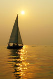 Barca a vela nel tramonto Immagini Stock Libere da Diritti