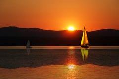 Barca a vela nel tramonto Fotografia Stock