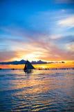 Barca a vela nel tramonto impressionante nell'isola di Boracay Immagini Stock